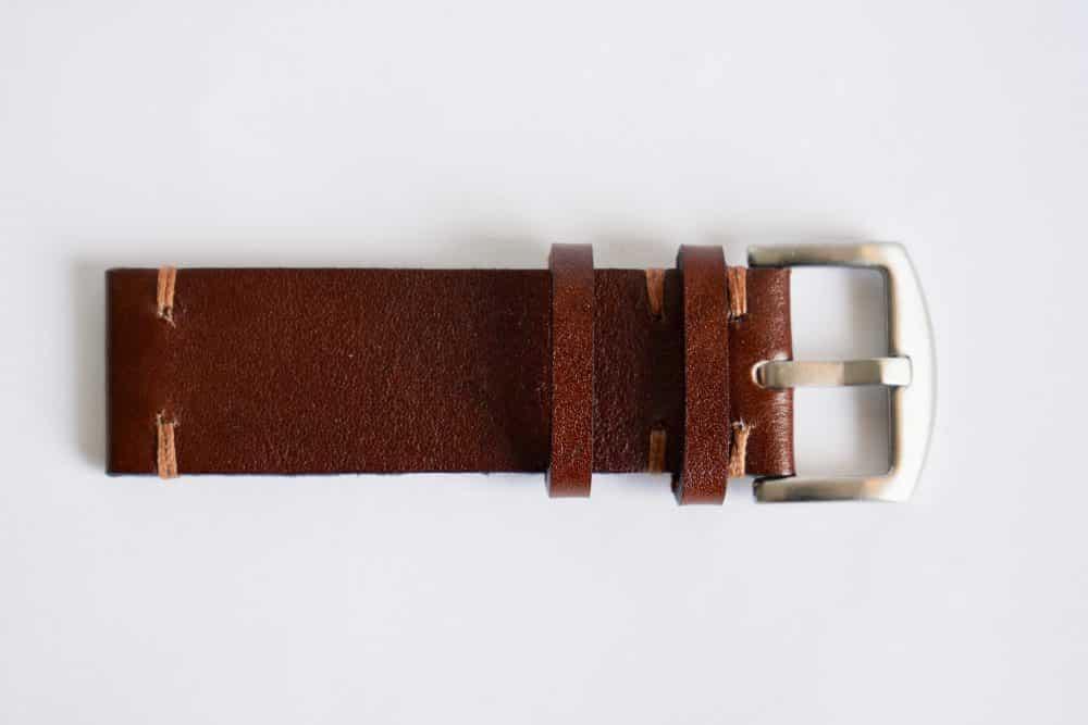 Martu Leather Brun med brun kontrastsøm. Sølvfarget spenne