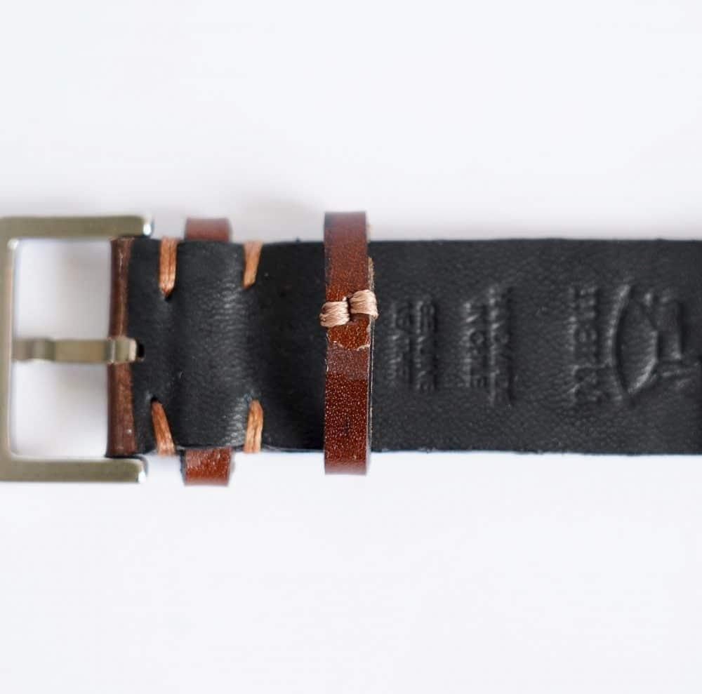 Underside Martu Leather brun med brun kontrastsøm. Svart skinn av geit på undersiden